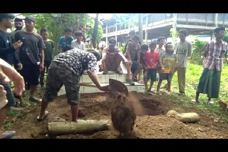 Suasana petugas makam membongkar liang lahat Ahmad di Dusun Patikoro, Desa Mattoangin, Kecamatan Kajang Bulukumba, Sulawesi Selatan. Rabu (5/5/2021). Dok Rahmat