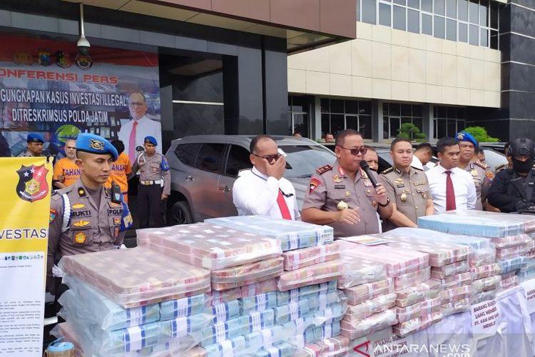 Kapolda Jatim Irjen Pol Luki Hermawan saat merilis kasus investasi bodong MeMiles di Mapolda Jatim, Jumat (3/1/2020).