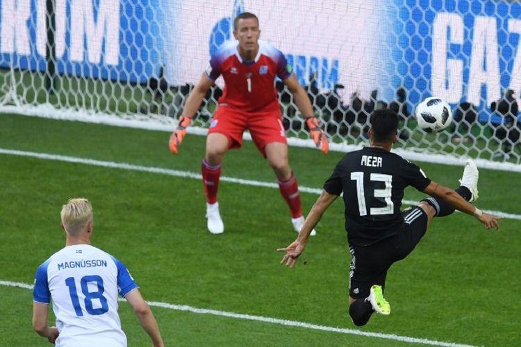 Gelandang Argentina, Maximiliano Meza,  mengontrol bola di hadapan kiper Islandia, Hannes Halldorsson, pada pertandingan Piala Dunia 2018, 16 Juni 2018.