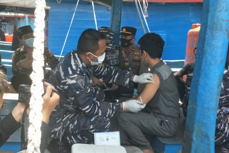 Nelayan di Pelabuhan Muara Angke Penjaringan, Jakarta Utara menjalani vaksinasi di atas kapal pada Rabu (22/9/2021).
