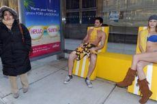 Kursi dan Model Berbikini Hangatkan Cuaca Dingin New York