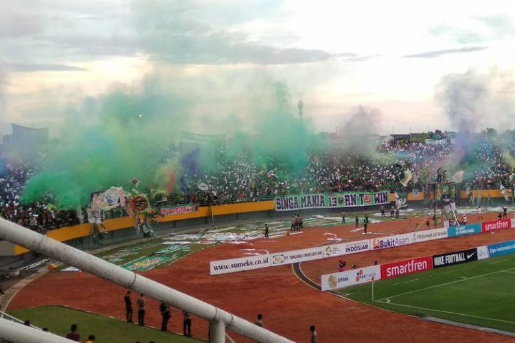 Penggunaan bom asap oleh suporter Sriwijaya FC saat melawan Bhayangkara FC di stadion Jakabaring Sport City Palembang