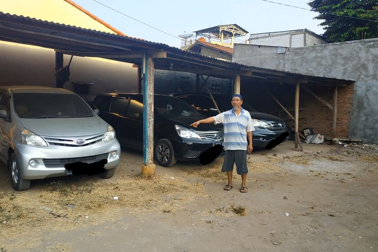 Sukin (61) Ketua RT 009 RW 002 Bintara Jaya, Bekasi menunjuk lokasi yang diduga dipakai AR (61) memperkosa siswi SD dekat kontrakannya.