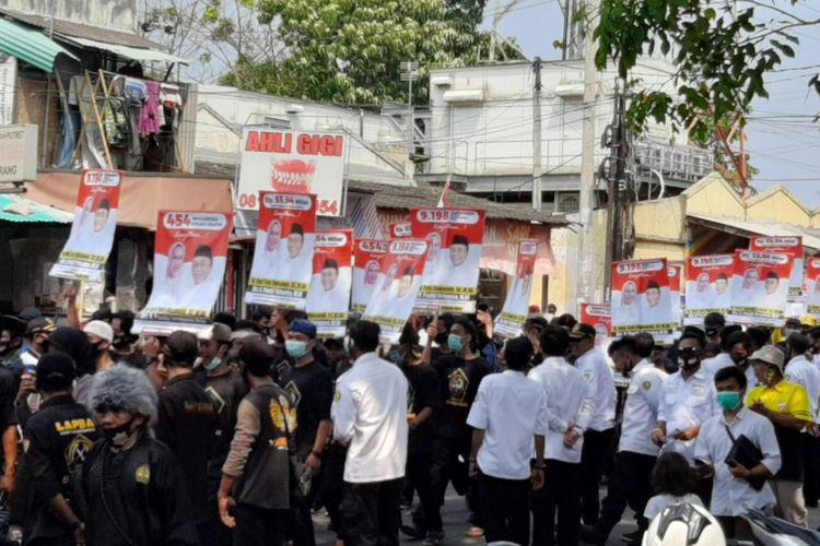 Pendukung salah satu bakal pasangan calon di depan Gedung KPU Kabupaten Serang