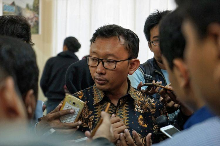 Ketua Bidang Advokasi YLBHI Muhammad Isnur saat memberikan keterangan pers terkait pengepungan kantor YLBHI oleh ratusan massa pada Minggu (17/9/2017) malam hingga Senin (18/9/2017) dini hari. Isnur diwawancarai oleh sejumlah wartawan di kantor Komnas Perempuan, Menteng, Jakarta Pusat, Senin (18/9/2017).