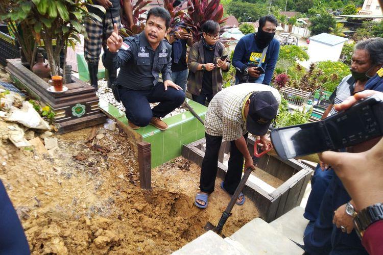 Pembongkaran makam Yusuf Achmad Ghazali berlokasi di Tempat Pemakaman Umum (TPU) Muslim, Jalan Damanhuri, Samarinda, Kaltim, Selasa (18/2/2020).