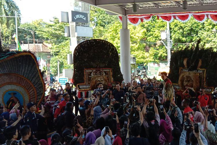 Adipati Dolken dalam karpet merah film Perburuan diXXI Mall Surabaya Town Square, Jawa Timur, Jumat siang (9/8/2019).