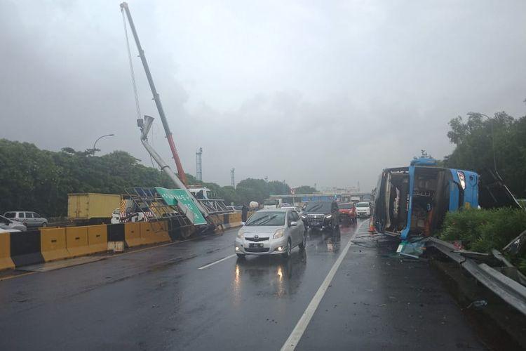 Bus terguling di Tol arah Bandara Soekarno-Hatta, Kamis (23/1/2020)
