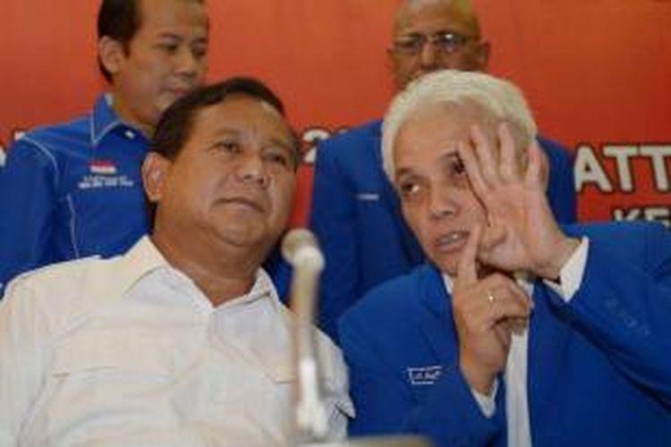 Ketua Umum PAN Hatta Rajasa (kanan) berbicara dengan Ketua Dewan Pembina Partai Gerindra Prabowo Subianto saat Rakernas PAN di Kantor DPP PAN, Jakarta, Rabu (14/5/2014).
