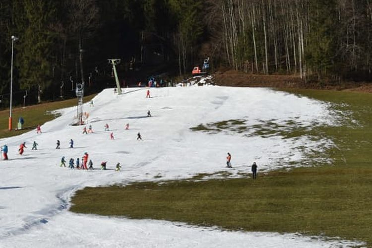 Salju menipis akibat perubahan iklim di Republik Chehnya. Dibuat salju buatan untuk permainan SKI.