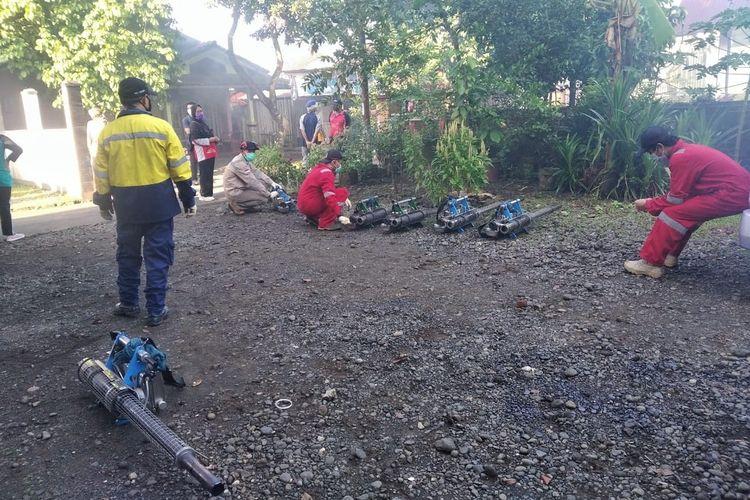 Petugas dari Dinas Kesehatan Kabupaten Purbalingga melakukan fogging dan pemberantasan sarang nyamuk, Sabtu (29/5/2021).