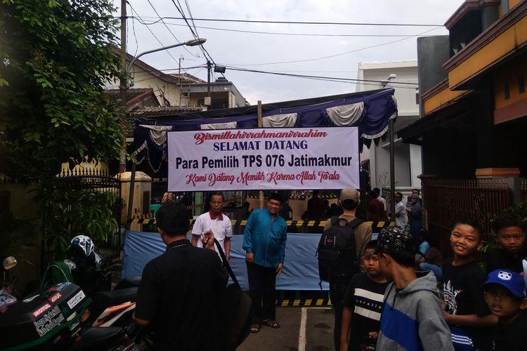 Syaikhu melakukan pencoblosan di TPS 76 yang berlokasi di Jalan Antara, Bekasi Kota, Rabu (27/6/2018)