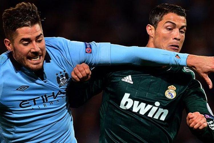 Cristiano Ronaldo saat berhadapan dengan pemain Manchester City, Javi Garcia, dalam laga Liga Champions di Etihad Stadium, pada 21 November 2012.