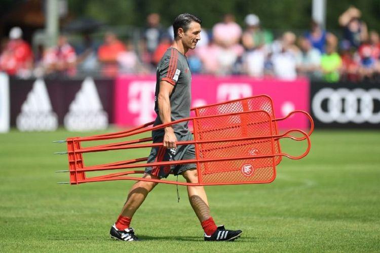 Pelatih Bayern Muenchen, Niko Kovac, saat memimpin latihan timnya di Rottach-Egern, 6 Agustus 2018.
