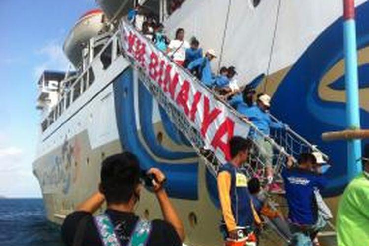 Para wisatawan naik ke KM Binaya dalam rangka program Let's Go Karimun Jawa di Pelabuhan Tanjung Mas, Semarang, Sabtu (18/7/2015). Let's Go Karimun Jawa merupakan program wisata bahari pertama untuk wisatawan dari PT Pelni.