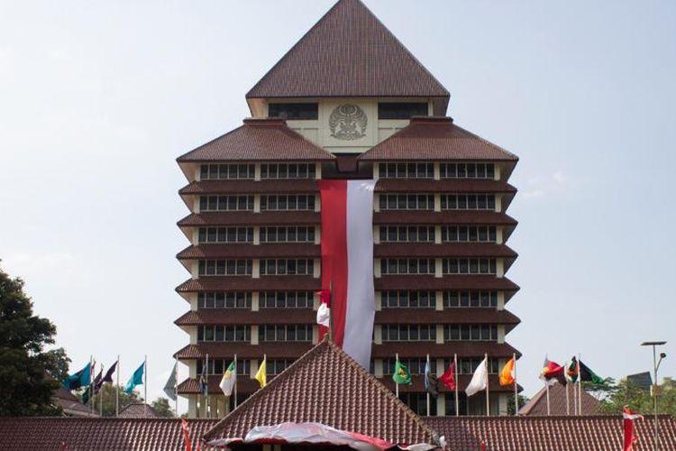 Mahasiswa Pencinta Alam Universitas Indonesia (Mapala UI) membentangkan ornamen merah putih raksasa di gedung Pusat Administrasi UI pada Senin, 16 Agustus 2021.