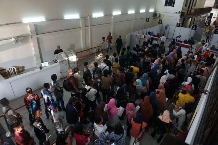 Suasana antrean warga Indonesia yang datang mengurus dokumen di KBRI di Kuala Lumpur semasa pandemi Covid-19.