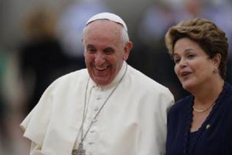 Paus Fransiskus (kiri) disambut oleh Presiden Brasil Dilma Rousseff saat tiba di Rio de Janeiro hari Senin (22/7).