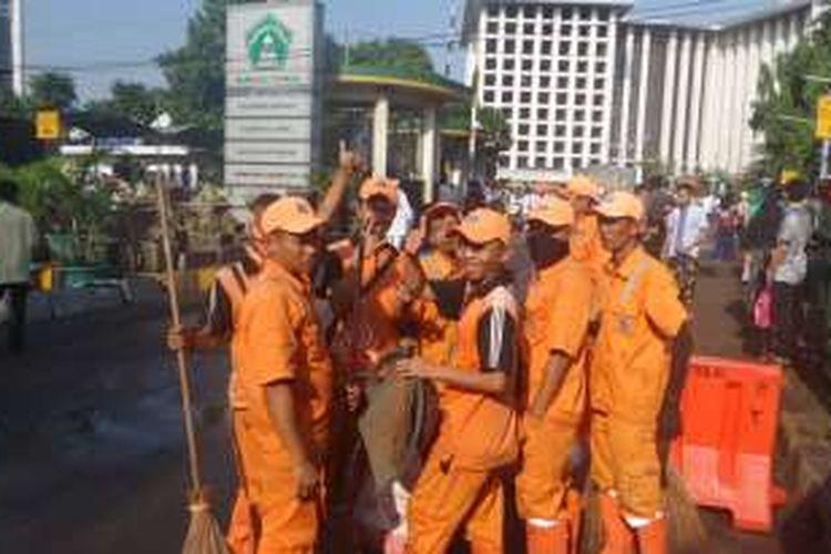 Rabu (6/7/2016), petugas PPSU yang masih bekerja ketika hari pertama  Lebaran