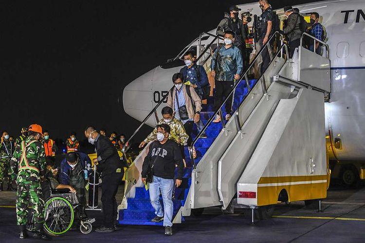 Sejumlah warga negara indonesia (WNI) yang dievakuasi dari Afghanistan tiba di Bandara Halim Perdanakusuma, Jakarta, Sabtu (21/8/2021) dini hari. Pemerintah Indonesia berhasil mengevakuasi 26 WNI dari Afghanistan yang sedang dilanda krisis keamanan setelah pengambilalihan kekuasaan oleh kelompok Taliban.