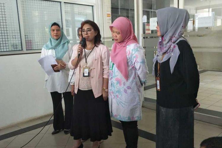 Jajaran direksi dan pegawai RSUP Persahabatan kepada awak media saat konferensi pers terkait update penanganan pasien positif Covid-19 di RSUP Persahabatan, Jakarta Timur, Rabu (11/3/2020).