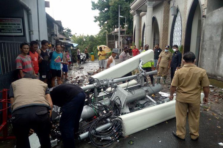 Sejumlah petugas sedang melakukan upaya pemindahan bagian-bagian menara telekomunikasi yang roboh di Jalan Barito Kota Blitar, Selasa sore (2/3/2021)
