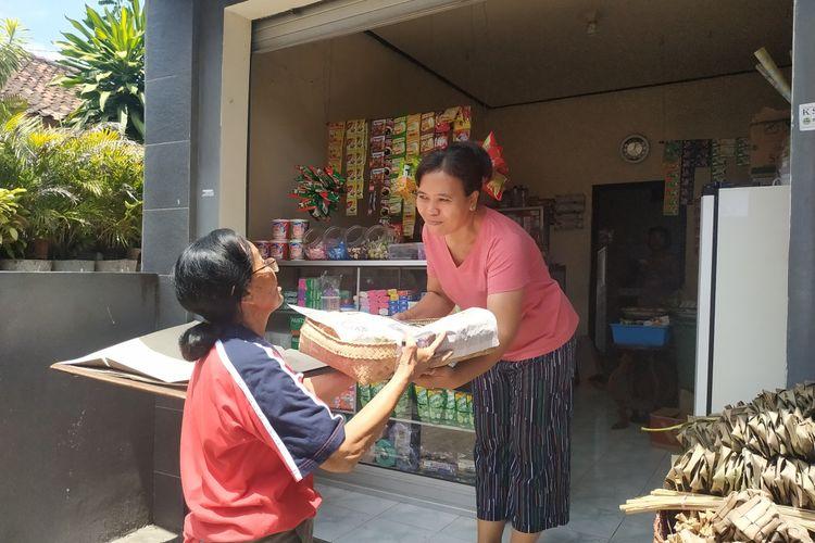 Warga Katolik di Bali berbagi kebahagiaan jelang Natal dengan membagikan beragam menu kepada warga Hindu - Bali jelang Natal. Saat Galungan dilakukan warga Hindu-Bali dengan berbagi dengan tetangga yang berbeda agama. Tradisi ini sering dikenal dengan ngejot
