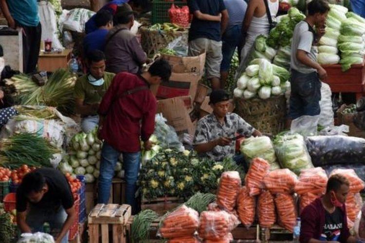 Suasana aktivitas jual beli di Pasar Induk Kramat Jati, Jakarta, Minggu (14/06).