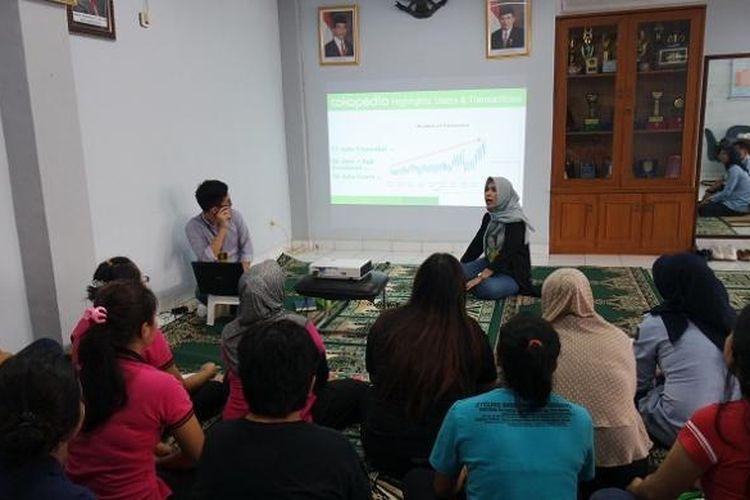 Merchant Development Tokopedia Dini Anindita memberikan pemahaman mengenai pemanfaatan internet dalam berbisnis online kepada para warga binaan Lapas Perempuan Kelas II A Pondok Bambu, Kamis (2/2/2017).