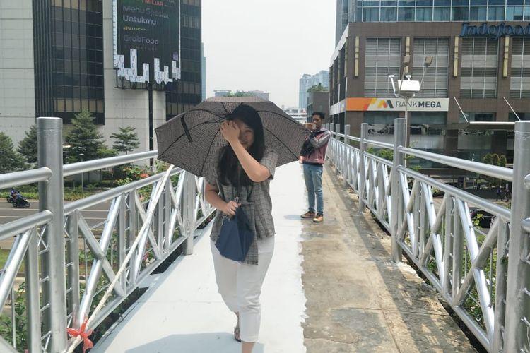 Putri, pejalan kaki yang melintas di JPO Sudirman, Jakarta Pusat, Rabu (6/11/2019).