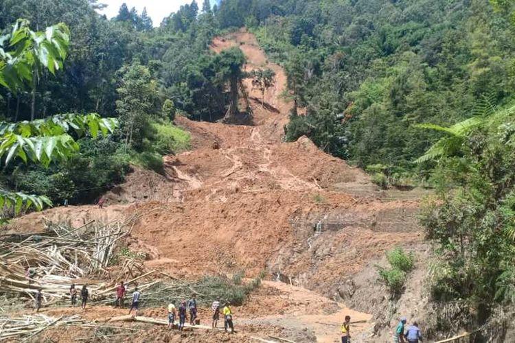 Bencana tanah longsor di Kampung Bottong, Dusun Putu', Lembang Randan Batu,  Kecamatan Makale Selatan, mengakibatkan 3 warga meninggal dunia dan 3 unit rumah rusak tertimbun material, Minggu (05/04/2020)