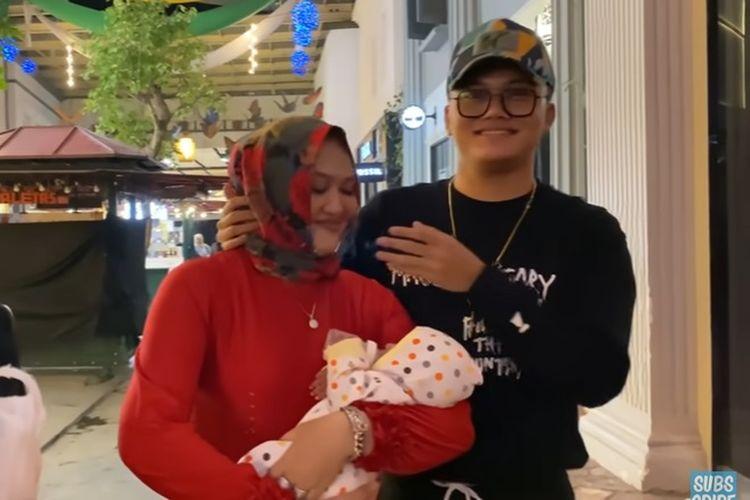 Almarhum Lina Jubaedah bersama anaknya, Rizky Febian, dan bayinya, Delina Bintang Aura Putri.