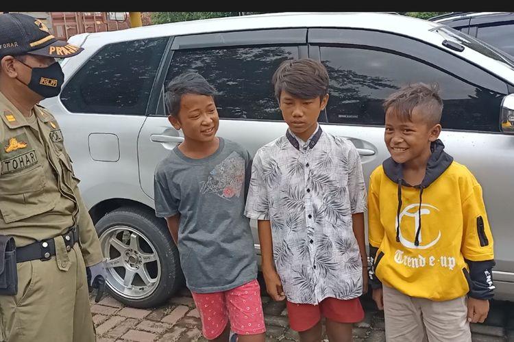 Tiga bocah pelanggar protokol kesehatan dihukum membaca teks Pancasila.