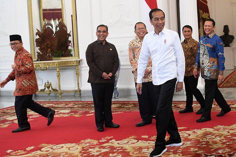Presiden Joko Widodo (ketiga kanan) berbincang dengan Ketua MPR Bambang Soesatyo (kanan) dan wakil pimpinan MPR di Istana Merdeka, Jakarta, Rabu (16/10/2019). Pertemuan itu dilakukan untuk berkonsultasi terkait acara pelantikan Jokowi-Maruf Amin sebagai presiden dan wakil presiden periode 2019-2024, yang akan dilaksanakan pada 20 Oktober mendatang di kompleks Parlemen, Senayan, Jakarta.