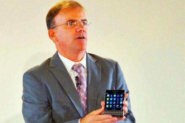 BlackBerry Passport dipamerkan oleh COO BlackBerry Marty Beard dalam sebuah acara peluncuran di London, Inggris, pada Rabu (24/9/2014).