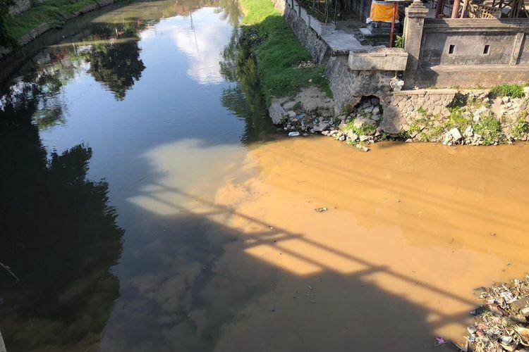 Air sungai di Denpasar berubah warna jadi coklat