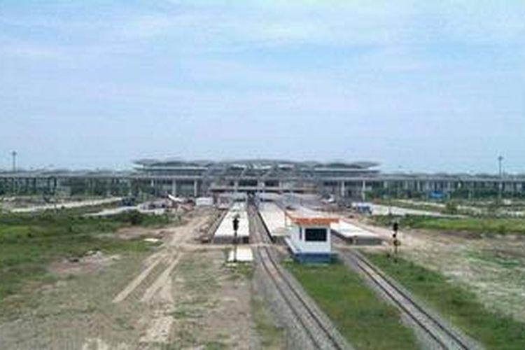 Pembangunan Bandar Udara Internasional Kualanamu, di Kabupaten Deli Serdang, Sumatera Utara, yang bakal menggantikan Bandara Polonia di Medan, kini sudah hampir rampung, Selasa (9/4/2013). Bandara berkapasitas 8,1 juta penumpang itu terhubung dengan jalur akses kereta api untuk mendukung konektivitas transportasi. Total anggaran pembangunan bandara yang terserap hingga Januari 2013 mencapai Rp 4,6 triliun.