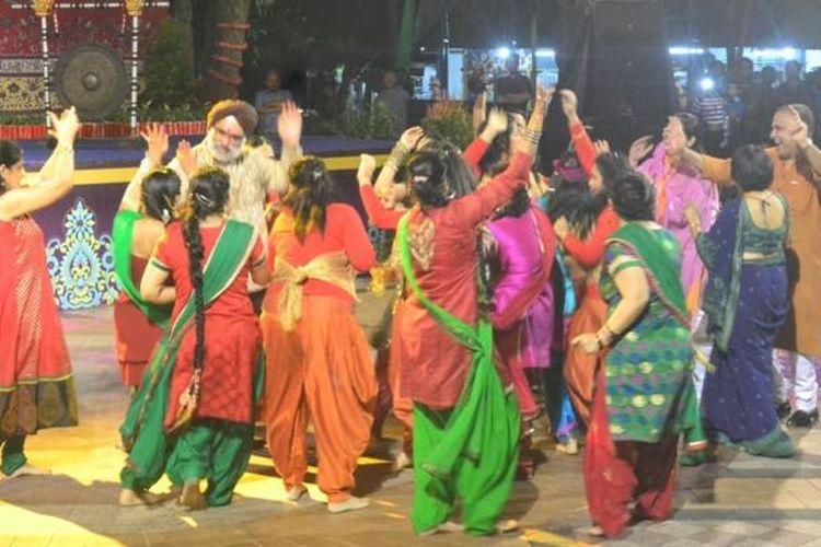 Duta Besar India untuk Indonesia, Gurjit Singh, menari bersama para penari India di acara Colours of India di Pasar Seni Ancol, Jakarta. Di India, tarian juga merupakan cara berdoa kepada Tuhan.