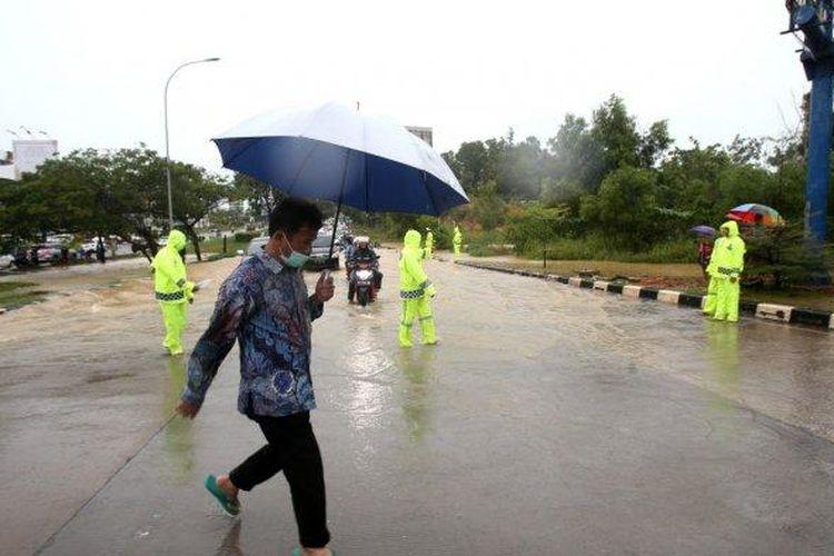 Wali kota Batam sekaligus Kepala BP Batam Muhammad Rudi saat meninjau banjir di Batam, Sabtu (2/1/2021).