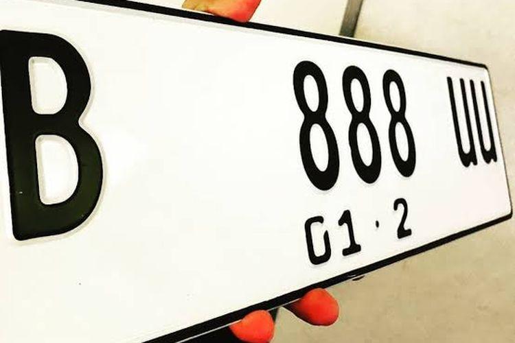 Tanda Nomor Kendaraan Bermotor berlatar warna putih dengan tulisan hitam
