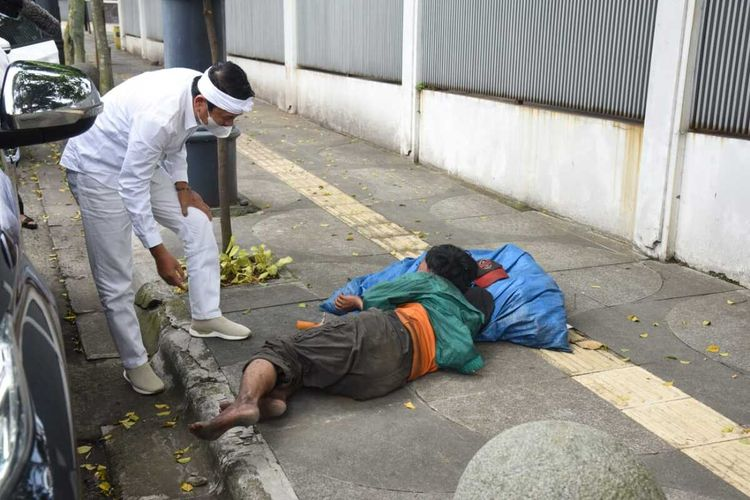 Dedi Mulyadi membangunkan pemulung yang tidur lama di trotoar di Kota Bandung demi untuk menahan lapar.