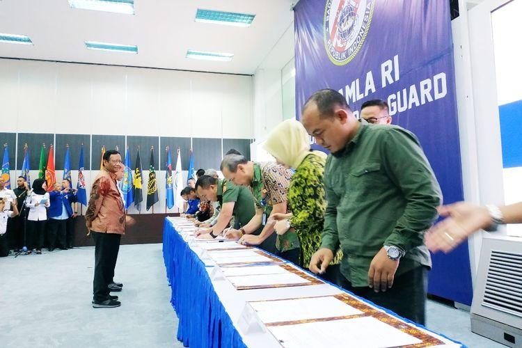 Menko Polhukam Mahfud MD dan Kepala Bakamla Laksamana Madya Aan Kurnia menyaksikan penandatanganan kesepakatan pengawasan dan pemanfaatan sumber daya ikan di Laut Natuna Utara oleh 13 institusi di Mabes Bakamla, Jakarta Pusat, Jumat (21/2/2020).