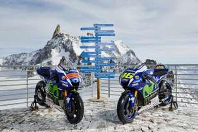 Sepeda motor Valentino Rossi dan Jorge Lorenzo, YZR-M1, dipotret di puncak Mont Blanc Massif, Senin (29/2/2016).