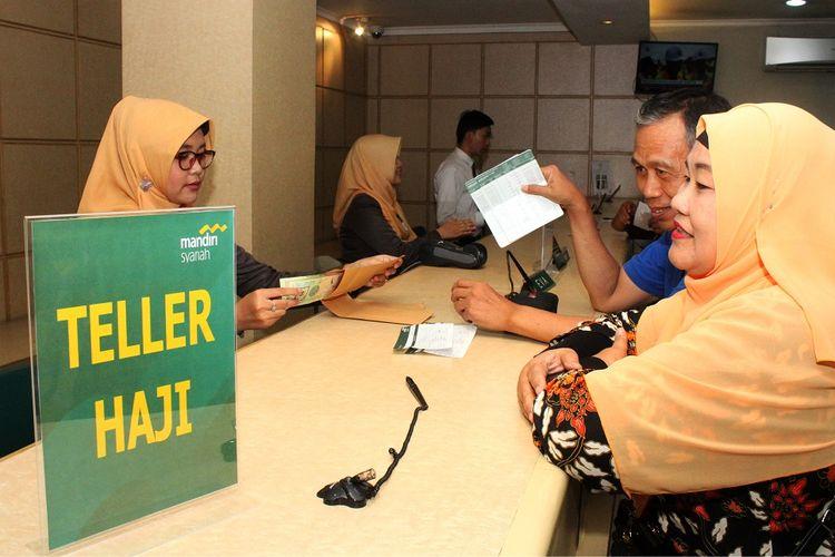 Petugas Bank Mandiri Syariah melayani calon jemaah haji melakukan pelunasan Biaya Penyelenggaran Ibadah Haji (BPIH) di Kantor Cabang Mandiri Syariah Area Bekasi, di Bekasi, Jawa Barat, Senin (16/4/2018).