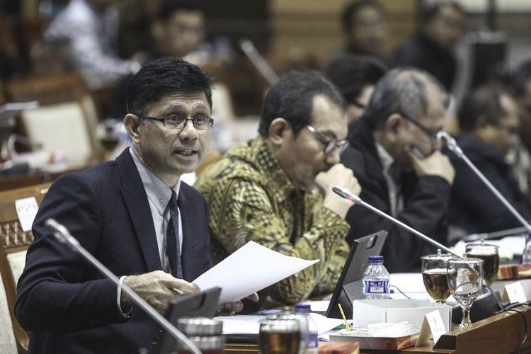 Wakil Ketua KPK Laode Muhammad Syarif (kiri) menyampaikan tanggapan bersama Ketua Komisi Pemberantasan Korupsi (KPK) Agus Rahardjo (kanan) dan Wakil Ketua KPK Saut Situmorang (tengah) saat mengikuti rapat dengar pendapat dengan Komisi III DPR di Komplek Parlemen, Jakarta, Selasa (13/2). Rapat lanjutan itu membahas target peningkatan fungsi pencegahan korupsi oleh KPK tahun 2018, pelaksanaan tugas dan fungsi KPK di bidang penindakan untuk penyelesaian berbagai perkara serta evaluasi fungsi dan kinerja KPK dalam peningkatan profesionalisme kerja.