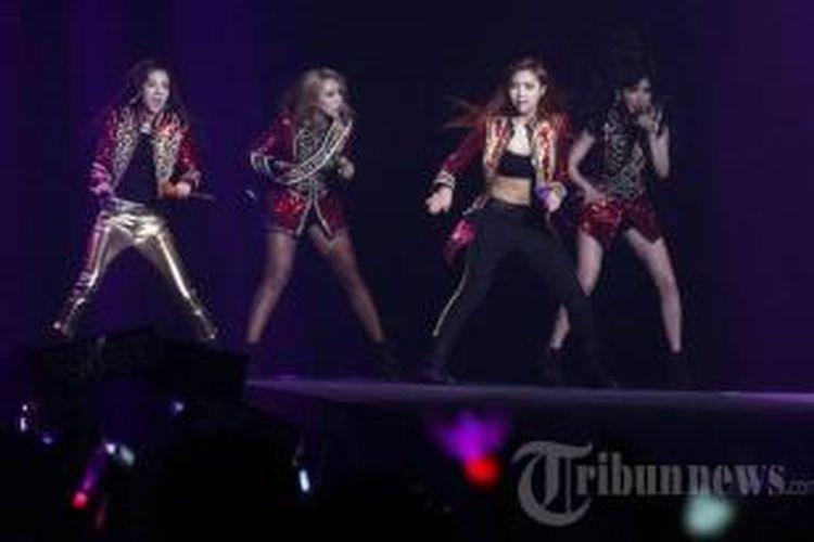 Girlband dari Korea Selatan 2NE1 menggelar konser All or Nothing di Mata Elang International Stadium (MEIS), Taman Impian Jaya Ancol, Jakarta Utara, Minggu (8/6/2014) malam.