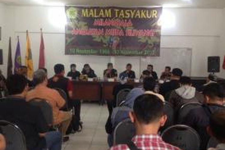 Angkatan Muda Siliwangi (AMS) melaporkan ketua Front Pembela Islam (FPI) Habib Rizieq atas ucapannya yang mempelesetkan salam Sunda. AMS dan tokoh Sunda menilai, ucapan Habib Rizieq mengandung unsur SARA.