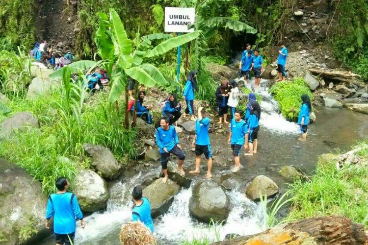 Para wisatawan saat bermain air di Umbul Lanang, salah sau mata air di lereng Gunung Merapi, Jumat (16/6/2017). Trekking Kali Kuning di lereng Merapi tidaklah begitu jauh, hanya sekitar 30 menit saja.