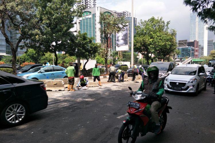 Sebuah bus transjakarta, minitrans terguling di ruas Jalan Gatot Subroto, Jakarta Selatan, Kamis (20/9/2018) sekitar pukul 13.00 WIB, blok pembatas jalur rusak.