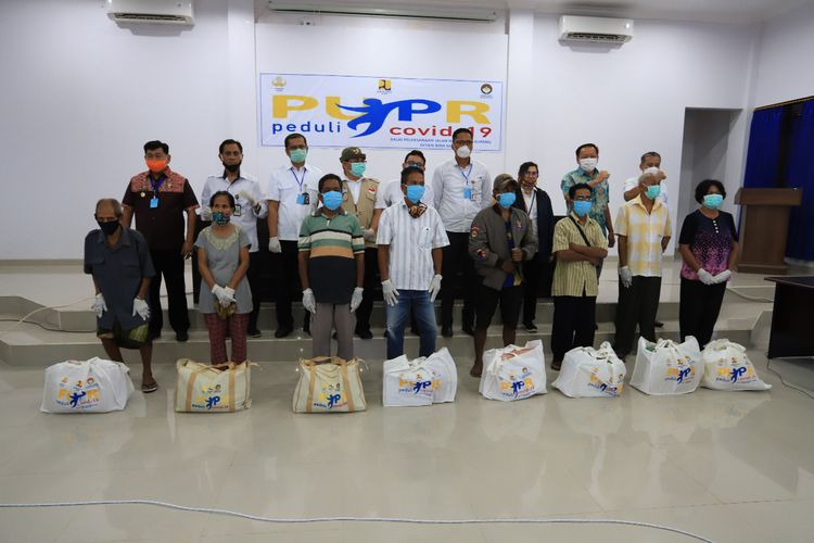 Sejumlah warga Kabupaten Kupang, NTT, menerima bantuan paket sembako dari pegawai Kementerian PUPR di NTT, Jumat (1/5/2020).
